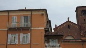 Εκκλησία πίσω από μερικά σπίτια στην Παβία, PV, Ιταλία απόθεμα βίντεο
