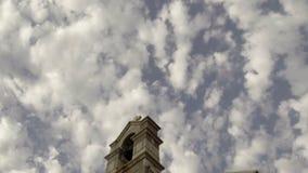 Εκκλησία σε ένα νεφελώδες κλίμα ουρανού απόθεμα βίντεο