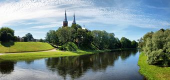 Εκκλησία στην πόλη Anyksciai και τον ποταμό Sventoji στοκ φωτογραφία