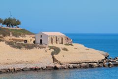 Εκκλησία στο δύσκολες ακρωτήριο και τη θάλασσα Πόρτο-Torres, Ιταλία Στοκ φωτογραφία με δικαίωμα ελεύθερης χρήσης