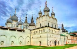 Εκκλησία της αναζοωγόνησης Χριστού και του καθεδρικού ναού υπόθεσης στο Ροστόφ Κρεμλίνο, Yaroslavl oblast, Ρωσία στοκ φωτογραφία