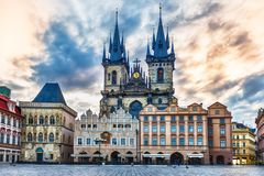 Εκκλησία της κυρίας μας πριν από Tyn, παλαιά πλατεία της πόλης της Πράγας στοκ εικόνες