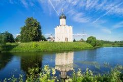 Εκκλησία της μεσολάβησης της άγιας παρθένας στον ποταμό Nerl τη φωτεινή θερινή ημέρα Στοκ Εικόνα