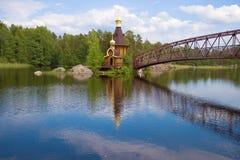 Εκκλησία του αποστόλου Andrew πρώτος-που καλούν την ηλιόλουστη ημέρα ποταμών Vuoksa τον Ιούνιο Περιοχή του Λένινγκραντ, της Ρωσία Στοκ Φωτογραφίες