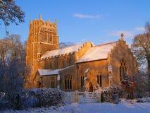Εκκλησία του Σάφολκ στην ηλιοφάνεια και το χιόνι πρωινού στοκ φωτογραφία