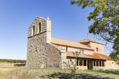 Εκκλησία του Σαντιάγο Apostol Zayas de Bascones στο χωριό, Alcubilla de Avellaneda Στοκ φωτογραφία με δικαίωμα ελεύθερης χρήσης