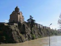 Εκκλησία του ST Virgin Metekhi και άγαλμα Gorgasali βασιλιάδων πέρα από τον ποταμό Kura, Tbilisi, Γεωργία στοκ εικόνα με δικαίωμα ελεύθερης χρήσης