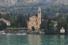 Εκκλησία SAN Lorenzo με το λιμάνι σε Tremezzo Cadenabbia με τον περίπατο τραπεζών στη λίμνη Como Στοκ Φωτογραφίες