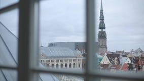 Εκκλησίες και σπίτια παλαιά Ρήγα, μια πόλη στη Λετονία ο πύργος της Petra απόθεμα βίντεο