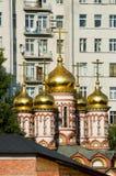 Εκκλησίες της Μόσχας το καλοκαίρι ενάντια στο σκηνικό των σύγχρονων κτηρίων Στοκ Φωτογραφίες