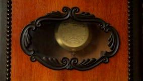 Εκκρεμές του παλαιού ρολογιού τοίχων με τον κτύπο απόθεμα βίντεο