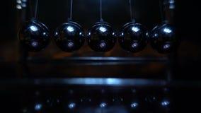 Εκκρεμές Newton ` s Σε αργή κίνηση πυροβολισμός του λίκνου 240fps ενός Newton φιλμ μικρού μήκους