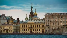 Εκκλησία άποψης του Savior στο αίμα σε Άγιο Πετρούπολη από τον ποταμό Neva απόθεμα βίντεο