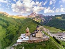 Εκκλησία ή Tsminda Sameba τριάδας Gergeti - ιερή εκκλησία τριάδας κοντά στο χωριό Gergeti στη Γεωργία στοκ εικόνες με δικαίωμα ελεύθερης χρήσης