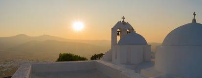 Εκκλησία Αγίου Antony ενάντια στην πανοραμική άποψη ηλιοβασιλέματος στο νησί Paros στην Ελλάδα Στοκ Εικόνα