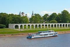 εκκλησία δημοπρασίας υπόθεσης novgorod veliky Ρωσία Βάρκα στον ποταμό Volkhov Στοκ Φωτογραφίες