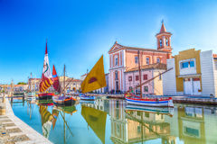 Εκκλησία και βάρκες στο λιμένα καναλιών Στοκ φωτογραφία με δικαίωμα ελεύθερης χρήσης