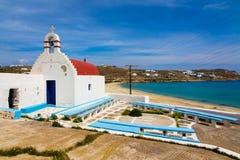 Εκκλησία και παραλία Sostis επιβαρύνσεων στη Μύκονο, Ελλάδα Στοκ Φωτογραφία