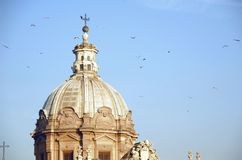Εκκλησία και πουλιά στοκ εικόνα με δικαίωμα ελεύθερης χρήσης