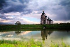 Εκκλησία και σκοτεινός νεφελώδης Στοκ Φωτογραφία