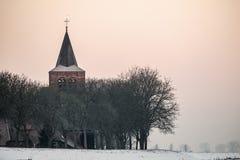 Εκκλησία και σπίτια ενός μικρού χωριού πίσω από το ανάχωμα Στοκ φωτογραφία με δικαίωμα ελεύθερης χρήσης