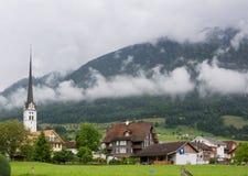 Εκκλησία και χωριό στην Ελβετία Στοκ φωτογραφίες με δικαίωμα ελεύθερης χρήσης