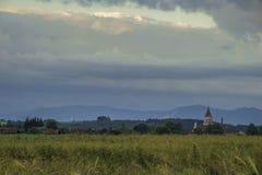 Εκκλησία κοντά στον τομέα στο βαυαρικό χωριό Στοκ εικόνες με δικαίωμα ελεύθερης χρήσης