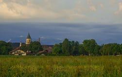 Εκκλησία κοντά στον τομέα στο βαυαρικό χωριό Στοκ εικόνα με δικαίωμα ελεύθερης χρήσης