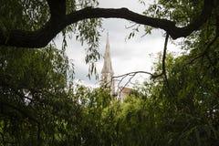 Εκκλησία μεταξύ των δέντρων Στοκ φωτογραφίες με δικαίωμα ελεύθερης χρήσης