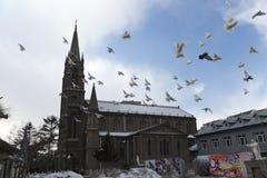 Εκκλησία με τα περιστέρια Στοκ φωτογραφία με δικαίωμα ελεύθερης χρήσης