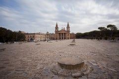 Εκκλησία μπροστά από την είσοδο της παλαιάς πόλης Λα Valletta Στοκ Φωτογραφίες
