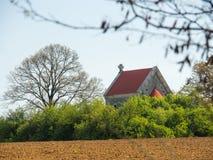 Εκκλησία που χάνεται αρχαία στους τομείς Στοκ φωτογραφία με δικαίωμα ελεύθερης χρήσης