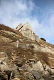 Εκκλησία στην άκρη Stevn Klint του απότομου βράχου με Lifesaver Στοκ εικόνες με δικαίωμα ελεύθερης χρήσης