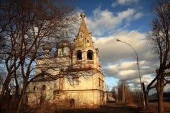 Εκκλησία στην πόλη φθινοπώρου Στοκ εικόνες με δικαίωμα ελεύθερης χρήσης