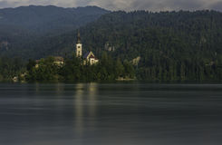 Εκκλησία στη μέση της λίμνης που αιμορραγείται, Σλοβενία Στοκ Φωτογραφία