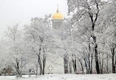 Εκκλησία στο χιονισμένο πάρκο Στοκ Φωτογραφία