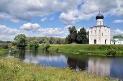 Εκκλησία της μεσολάβησης στον ποταμό Nerl το καλοκαίρι στοκ εικόνα με δικαίωμα ελεύθερης χρήσης