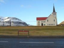 Εκκλησία της πόλης και του διάσημου υποστηρίγματος Kirkjufell, Ισλανδία Grundarfjordur στοκ φωτογραφία
