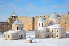 Εκκλησία του Άγιου Βασίλη και καθεδρικός ναός της υπόθεσης μέσα στους τοίχους του φρουρίου Ivangorod Ρωσία Στοκ Εικόνες