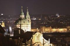 Εκκλησία του Saint-Nicolas στην εικόνα νύχτας της Πράγας, εικόνα τοπίων Στοκ φωτογραφία με δικαίωμα ελεύθερης χρήσης