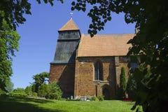 Εκκλησία τούβλου με τον ξύλινο πύργο Στοκ φωτογραφία με δικαίωμα ελεύθερης χρήσης