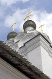 Εκκλησία των παλαιών οπαδών του Saint-Nicolas Ξύλινοι θόλοι και χρυσοί σταυροί στοκ φωτογραφία