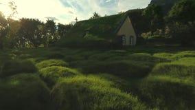 Εκκλησία τύρφης στον κήπο στο ηλιοβασίλεμα φιλμ μικρού μήκους