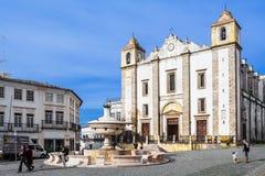 Εκκλησία Antao Santo και η 15η πηγή Henriquina αιώνα στην πλατεία Giraldo Στοκ φωτογραφία με δικαίωμα ελεύθερης χρήσης