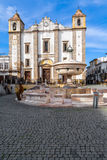 Εκκλησία Antao Santo και η 15η πηγή Henriquina αιώνα στην πλατεία Giraldo Στοκ Εικόνες