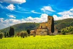 Εκκλησία Antimo Montalcino Sant και τομέας σίτου Orcia, Τοσκάνη, Ι Στοκ φωτογραφία με δικαίωμα ελεύθερης χρήσης