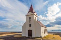 Εκκλησία Ingjaldsholl στον απέραντο ευρύ ανοιχτό χώρο στη χερσόνησο Snaefellsnes στην Ισλανδία Στοκ φωτογραφία με δικαίωμα ελεύθερης χρήσης