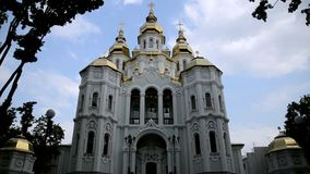 Εκκλησία Mironositskaya σε Kharkov ενάντια στα επιπλέοντα σύννεφα απόθεμα βίντεο