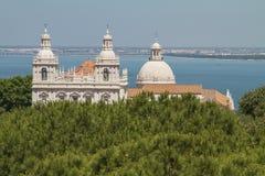 Εκκλησία Santa Engracia, Λισσαβώνα, Πορτογαλία με τον ωκεανό Στοκ Φωτογραφία