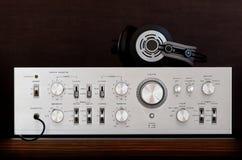 Εκλεκτής ποιότητας ακουστικός στερεοφωνικός ενισχυτής με τα ακουστικά στοκ φωτογραφία με δικαίωμα ελεύθερης χρήσης